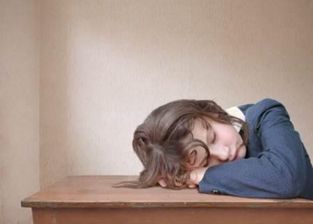 joven tomando siesta