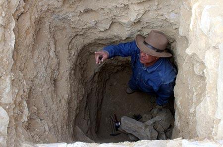 Descubrimiento de tumbas ayudan a ...-http://globbos.com/wp-content/uploads/2010/01/arqueologo-dentro-de-una-tumba.jpg