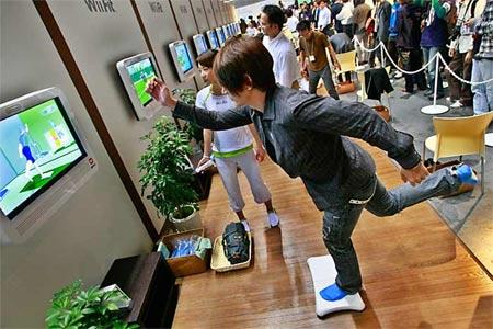 Persona haciendo ejercicio con Wii Fit