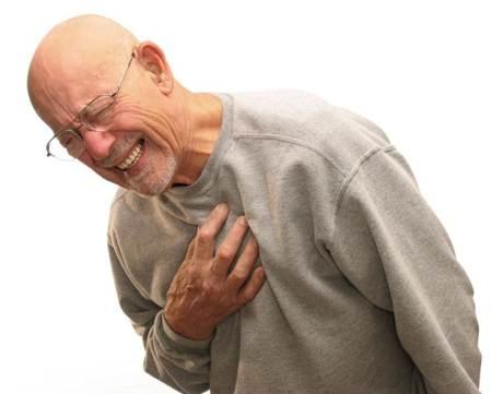 Hombre sufriendo un ataque al corazon