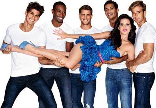 Katy Perry con vestido azul cargada por varios hombres