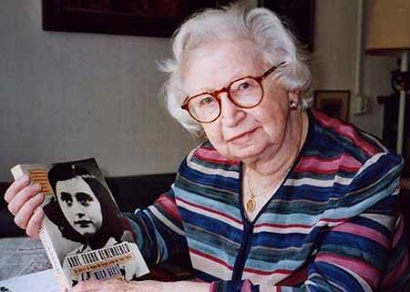 Miep Gies con un libro de Ana Frank
