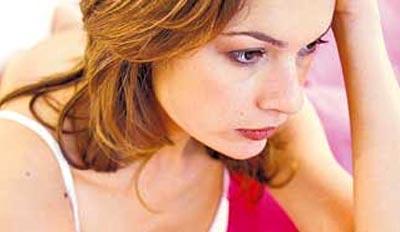 Mujer seria y pensativa