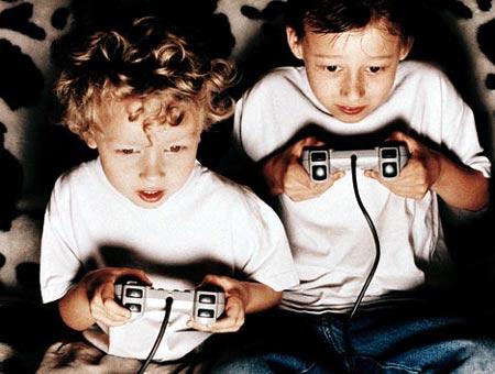 Niños jugando videojuegos por la noche
