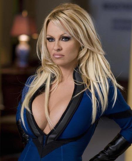 Pamela Anderson una mujer rubia atrevida
