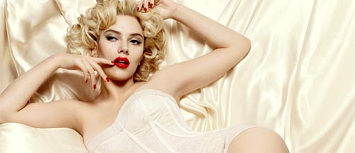 Scarlett Johansson con los labios rojos