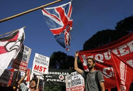 Argentinos protestando contra Inglaterra
