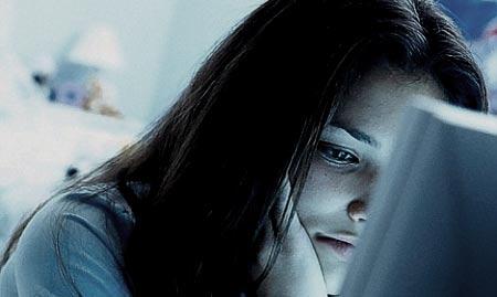 Chica depresiva viendo el ordenador