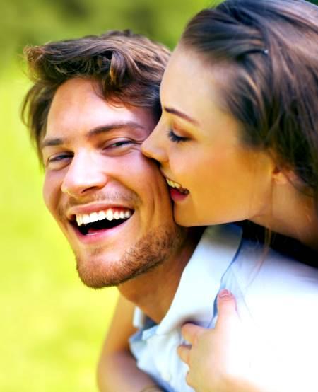 Hombre feliz con una mujer abrazandola