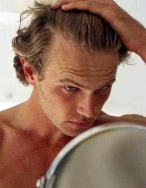 Hombre mirandose al espejo del baño