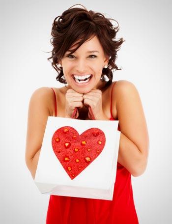 Mujer feliz en san valentin con un regalo
