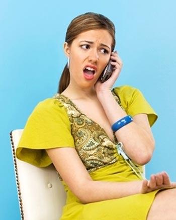 Mujer hablando enojada por telefono