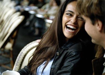 Mujer riendo a lado de un hombre