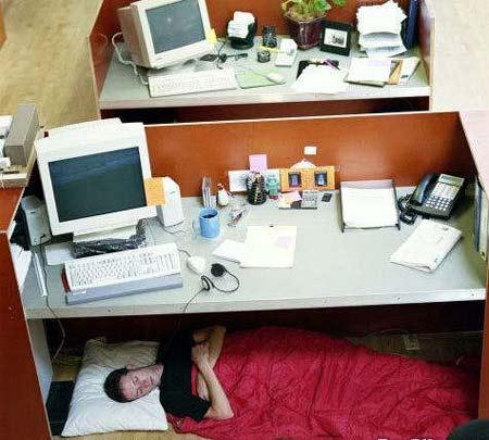 Mujer dormida debajo del escritorio