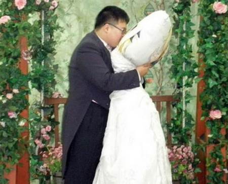 Hombre casandose con su almohada