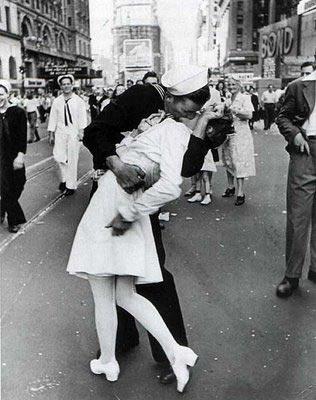 La enfermera y el marinero besandose