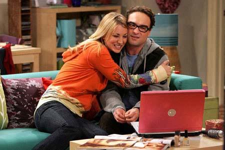 Penny abrazando cariñosamente a Leonard