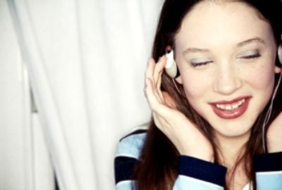Chica sonriente escuchando musica