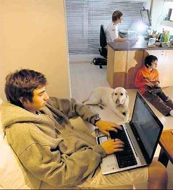 Chicos con ordenador utilizando el Internet