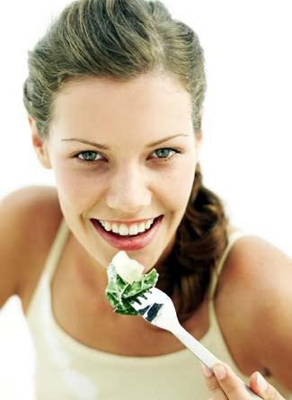 chica joven y hermosa comiendo saludable