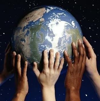 Personas cuidando del planeta
