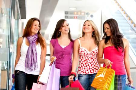Amigas comprando en un centro comercial