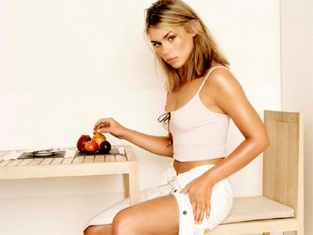 Mujer bronceada comiendo fruta