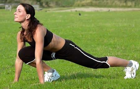 Mujer ejercitandose al aire libre