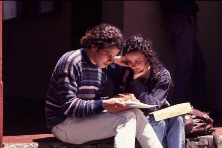 pareja leyendo mapa en la calle