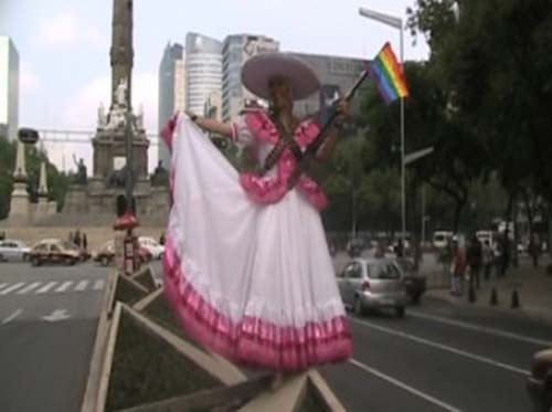 Marcha por el orgullo gay alude los festejos del Bicentenario, como muestra la imagen de una Adelita