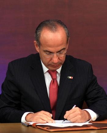 Calderón elimina la tenencia mediante firma de decreto