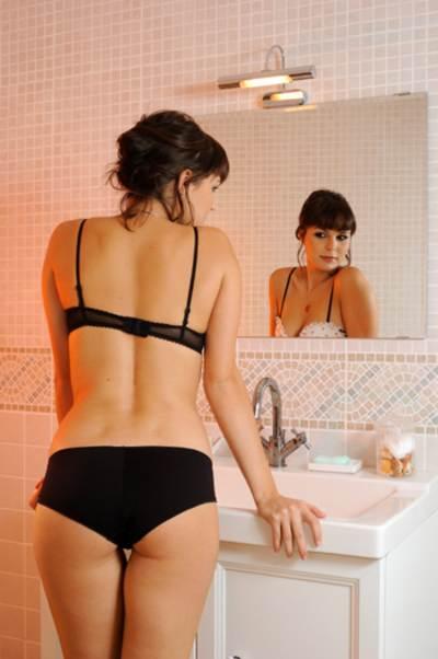 Mujer en lenceria frente al espejo