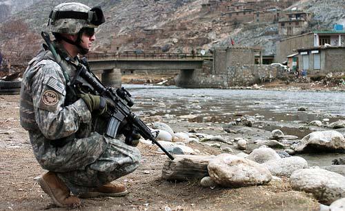 soldado en afganistan, esperando a que salgan guerrilleros