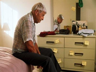 Hombre con Alzheimer sentado en la cama