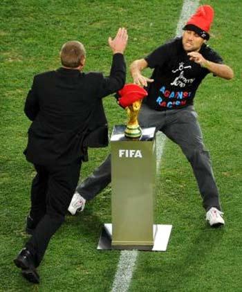 Jimmy Jump en el estadio tratando de tomar la copa del mundo