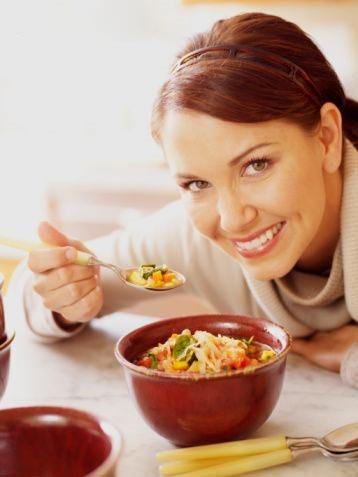 Mujer comiendo sopa de verdura