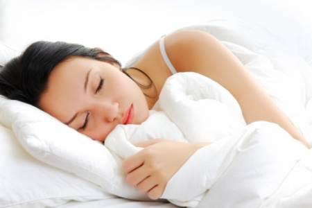 Mujer durmiendo de lado