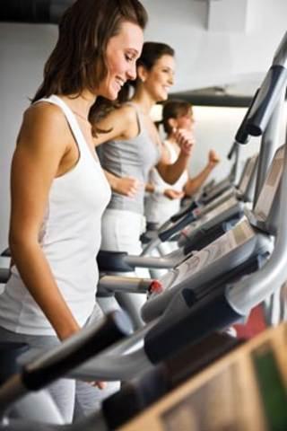 Mujeres en la caminadora haciendo ejercicio