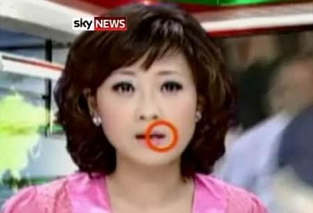 Presentadora dando las noticias con un mosquito en la boca