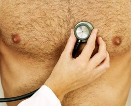 torso masculino examinado con un estetoscopio