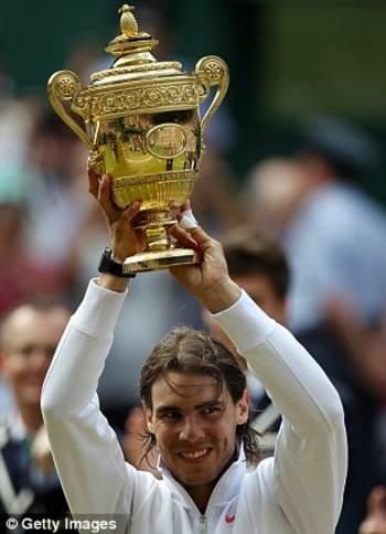 Rafael Nadal con la copa de Wimbledon