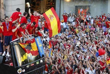 Victorioso equipo español al regreso a su pais