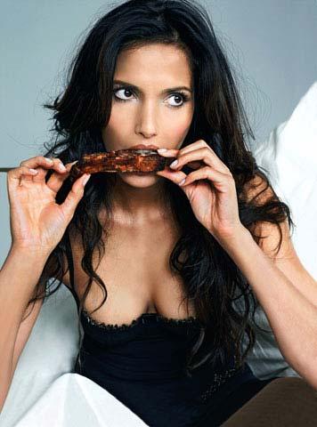 Padma Lakshmi comiendo carne
