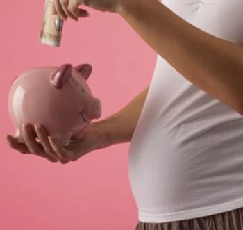 Mujer embarazada con una alcancia