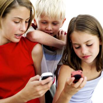 Niños enviando revisando los mensajes de texto
