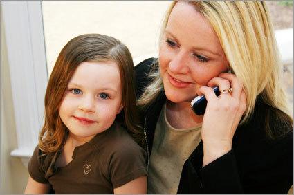 madre trabajadora con su hija
