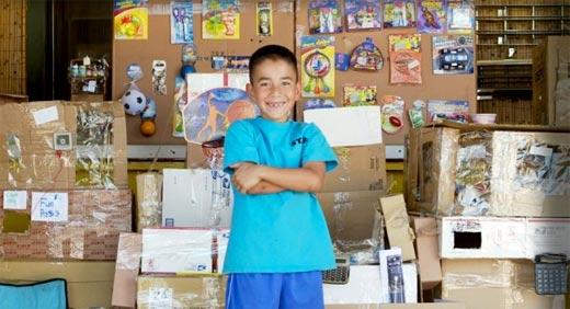 Caine Monroy construye Caine´s Arcade con cartón y tape.