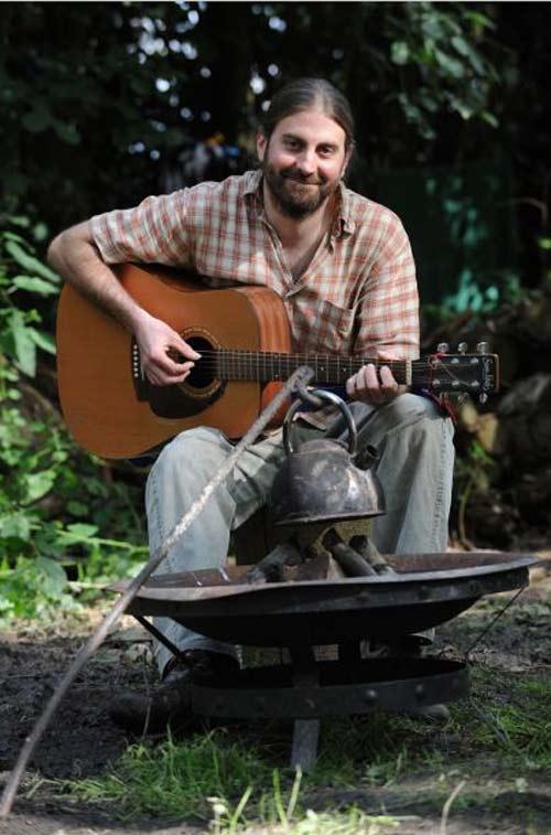 Phil Inkl tocando la guitarra