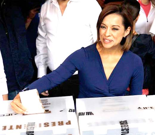 Josefina Vázquez Mota vota sonriente