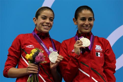 Paola Espinosa y Alejandra Orozco con la medalla